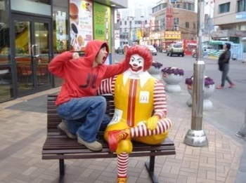 mcdonald-statue-punch